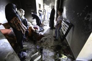 Los familiares y vecinos inspeccionan los daños. La familia de Aisha se mantuvo dentro durante gran parte de la redada hasta que los soldados los evacuaron para detonar los explosivos. (Foto: Kelly Lynn)