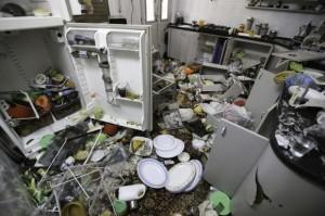 """La cocina en la casa de la familia Qawasmeh. """"No dejaron un vaso intacto"""", dice Umm Sharif Qawasmeh. (Foto: Kelly Lynn)"""