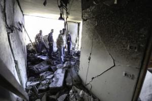 Los vecinos y miembros de la familia inspeccionan el daño de la sala de estar del segundo piso después de que las Fuerzas de ocupación israelíes hicieran estallar los explosivos durante la noche. (Foto: Kelly Lynn)