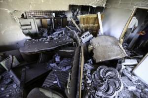 """Los remanentes de la sala de estar del  segundo piso y cocina. """"No queda nada"""", dice Umm Sharif Qawasmeh. (Foto: Kelly Lynn)"""