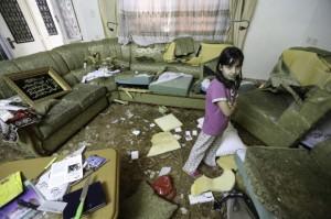 Soldados israelíes utilizaron cuchillos de la cocina para destruir los muebles de toda la casa Qawasmeh. (Foto: Kelly Lynn)