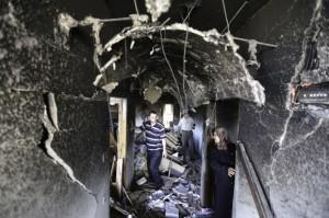 Miembros de la familia en el pasillo del segundo piso, donde la explosión voló la pared frontal y se destruyó varias otras. (Foto: Kelly Lynn)