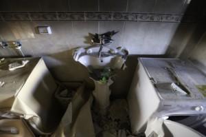 Varias familias viven juntas en esta gran casa. Cada lavabo fue destruido por los soldados israelíes. (Foto: Kelly Lynn)