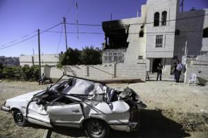Las Fuerzas de ocupación buscaron y destruyó la mayor parte de las pertenencias de la familia Abu Aisha antes de usar los explosivos la sala de estar del segundo piso. Un coche en las inmediaciones resultó dañado por los escombros cuando la casa fue bombardeada. (Foto: Kelly Lynn)
